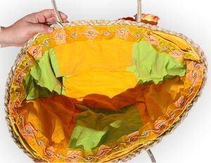 summer straw bag: inside with the lining made with pieces of fabric of alternate colours and pockets closed with zips