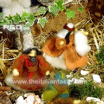 Crib or presepe whose figures are made with felted wool
