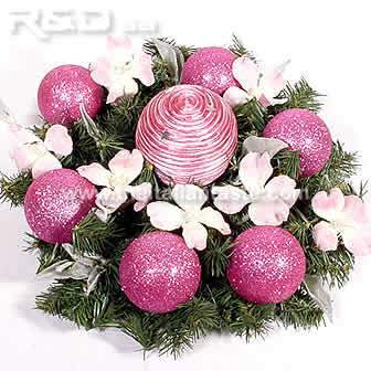 round centerpiece made with pine, balls and flowers in magenta color
