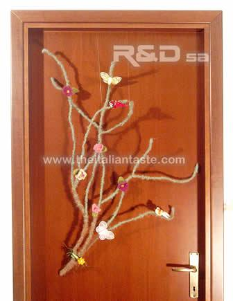 Spring and Easter decorations: a flowering branch to hang on your front door