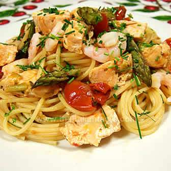 spaghetti with salmon, shrimps and asparagus