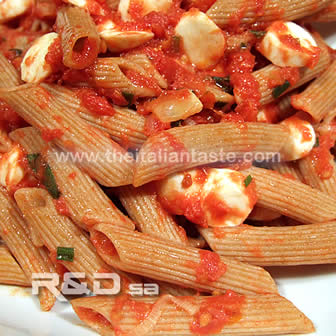 Cold wholemeal pasta with mozzarella, tomato and bell peppers