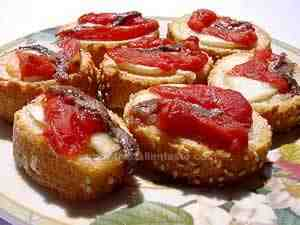 Canapés, Naples-style - the photo shows bread slices garnished with tomatoes and anchovy fillets