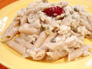 Pasta with cauliflower: the photo shows a plate with penne tossed with a sauce made with cauliflower, anchovy fillets and capers, no tomato sauce