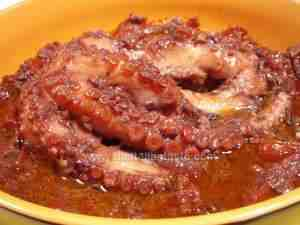 Octopus in its sauce in a bowl