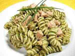 Pasta salad with pureed green beans and tuna in oil